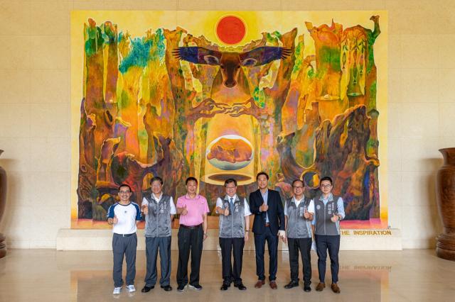 桃園市長鄭文燦與來賓們在菁華工業大廳合影。(桃園市府新聞處 提供)