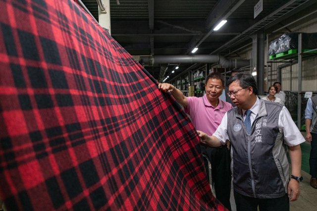 桃園市長鄭文燦參訪菁華工業紡織製程。