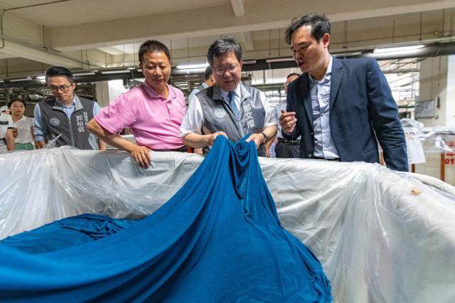 菁華工業總經理黃衍祥為桃園市長鄭文燦解說。