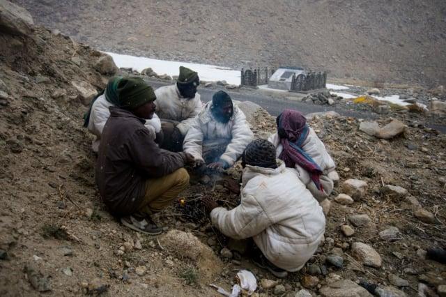 中、印軍人7月5日開始從發生衝突的加萬河谷撤軍,但兩軍仍在班公錯湖對峙。圖為沿班公錯湖修築的公路。(AFP via Getty Images)