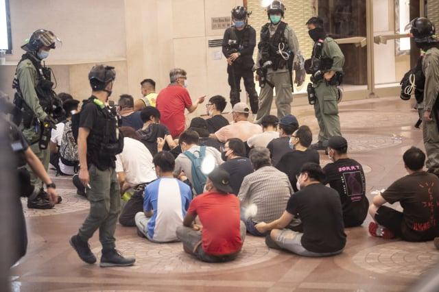 民進黨立委鄭運鵬7日表示,中共不惜代價斷絕香港對外聯繫,這是中共心虛的表現。圖為港人無懼港版國安法恐嚇,7/1繼續上街大遊行,防暴警察用水炮車和裝甲車強制截斷和拘補數百人。(記者余鋼/攝影)