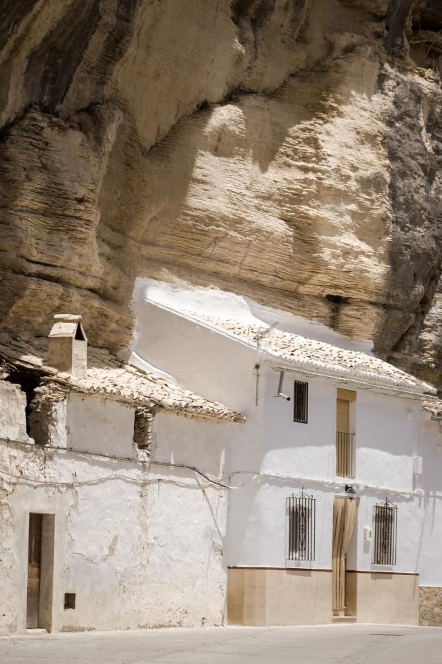 小鎮房子的牆壁是白色的,是因為這樣可以最大程度利用自然光,使小鎮顯得明亮。(Shutterstock)