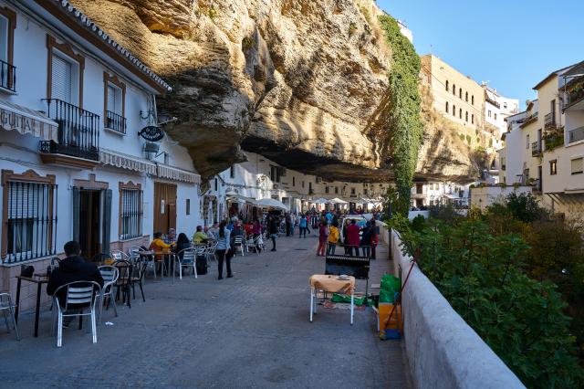 西班牙就有這樣一座神奇的小鎮,它被石頭足足壓了有600年之久。它的奇特,每年都會吸引不少的人前來這裡遊玩。(Shutterstock)