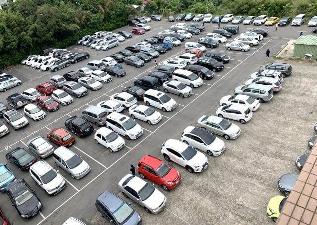 在綠色校園裡,停車場或馬路都停滿了家長的汽機車,景象壯觀。