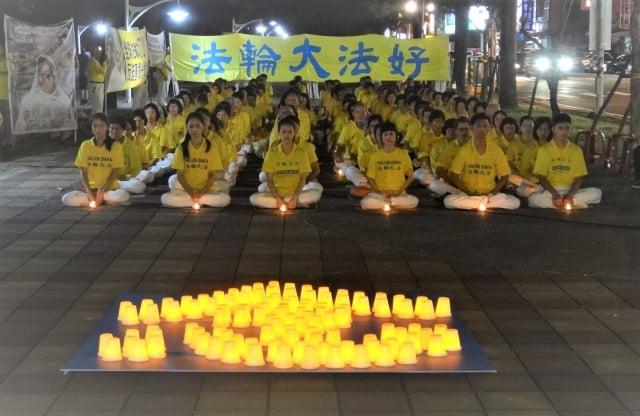 屏東法輪功學員手舉燭光,默默悼念在中國大陸被迫害致死的同修,場面肅穆、感人。(記者曾晏均/攝影)