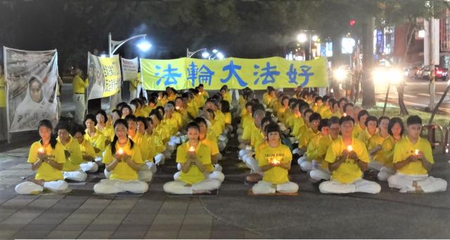 屏東法輪功學員手舉燭光,默默悼念在中國大陸被迫害致死的同修。