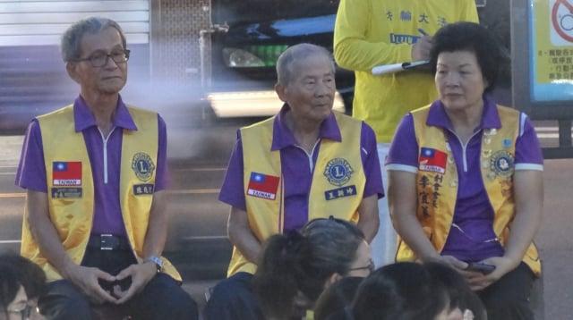 屏東法輪功反迫害,公益聯盟獅子會創會長李宜蓁(圖右)也率領獅友到現場聲援。
