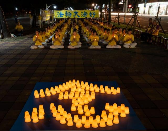 屏東法輪功學員手舉燭光,默默悼念在中國大陸被迫害致死的同修,場面肅穆、感人。