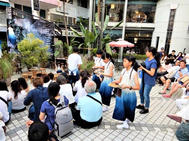 茶席體驗區老老少少們拾級而座,與小小司茶人一起凝神、沏茶、奉茶。