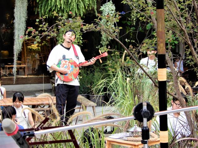 著名茶人歌手高閑至穿梭吟唱於森林幻境之間。