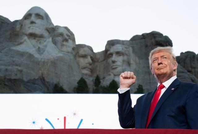總體經濟學家吳嘉隆斷言,2020年美國大選早就結束,「川普將順利連任」。 (SAUL LOEB/AFP via Getty Images)