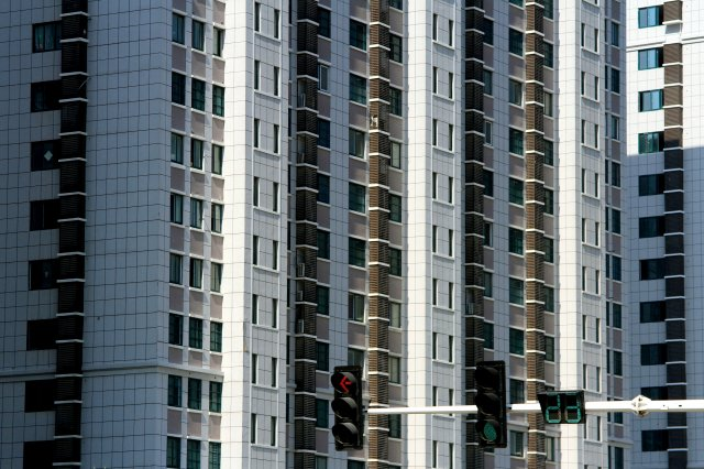 中國家庭債務中房貸占比超過五成。圖為江蘇省淮安市2018年建蓋的一棟公寓樓。(VCG/Getty Images)