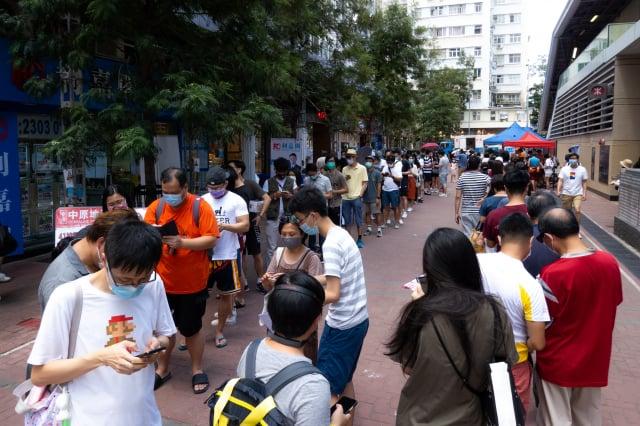 圖為排隊投票的香港民眾。(Billy H.C. Kwok/Getty Image)