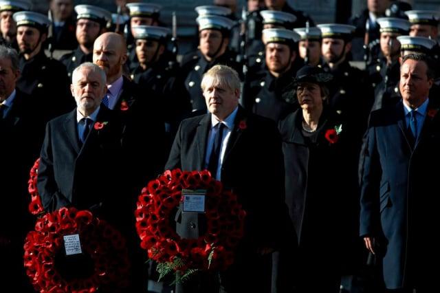 英國媒體報導,華裔女子雪琳.貝茨的社交圈遍及保守黨的幾位首相。圖片右起英國前首相卡麥隆及梅伊、現任首相強生。(AFP via Getty Images)