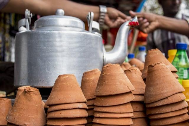 飲用印度奶茶時最好使用陶土杯,比較對味和環保。圖為印度傳統市場的賣茶攤販。(Pixabay)