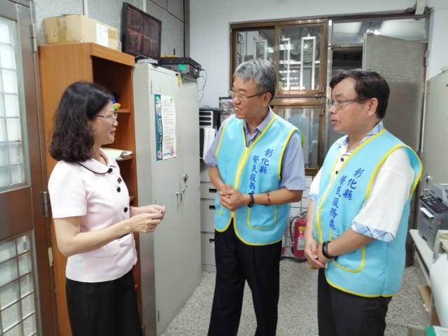 彰化榮處長楊雨榮( 中)拜訪彰化市仔尾郵局經理王月雲(左)。(彰化縣榮服處提供)