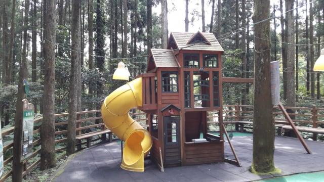 綠光小學的兒童遊樂設施之一(攝影/王知涵)