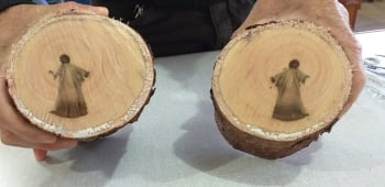 巴西男子在樹幹中發現耶穌像 網民:神蹟