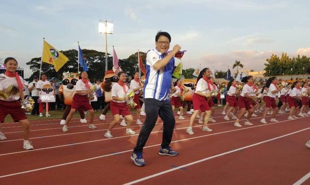 屏東縣長潘孟安與學生一起跳「驕仔舞」歡迎選手。