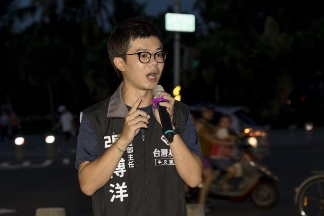 法輪功反迫害21周年,台灣基進新聞部主任張博洋出席高雄720燭光夜悼活動。