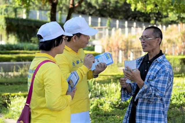 「7.20反迫害」21週年前夕,高雄法輪功學員群集新民公園,舉行集體煉功暨燭光夜悼活動,學員向當地民眾講真相。