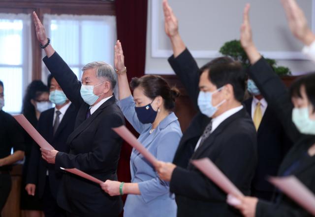 經濟部長王美花(前右3)、懲戒法院院長姜仁脩(前右2)等人進行就職宣誓。(中央社)