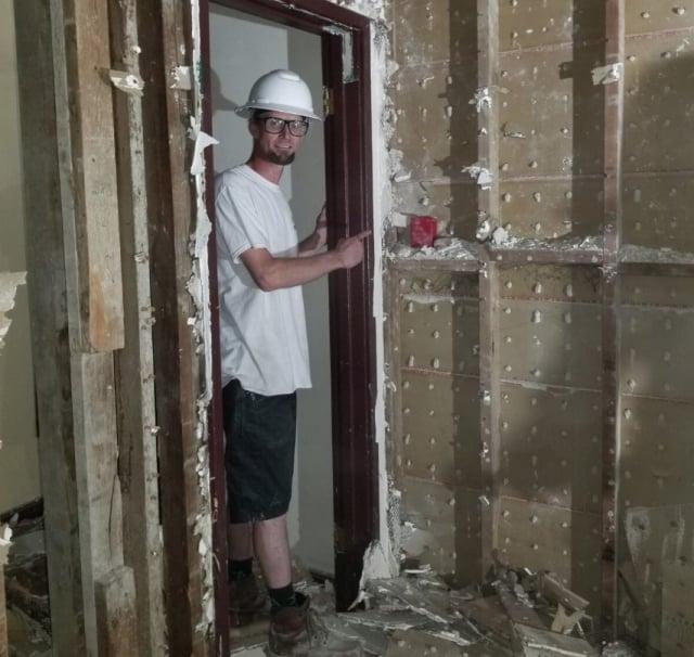 建築工人裝修時在牆的夾縫中發現了紅色錢包。(Sunset電影院提供)