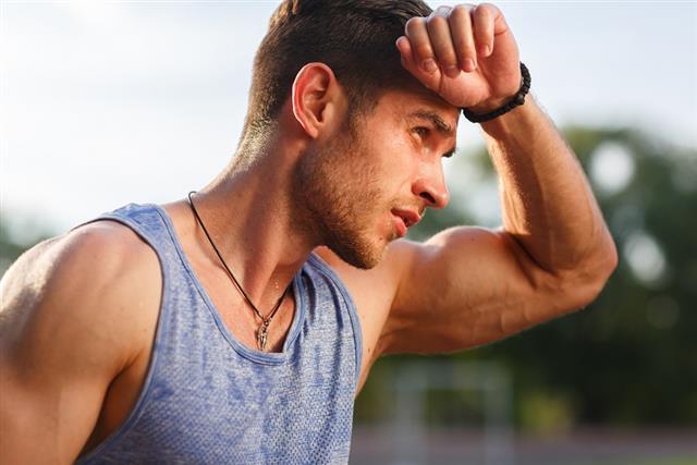 排汗衣或運動機能服飾穿起來柔軟舒服又吸濕排汗,但不管怎麼洗,總是有一股臭味揮之不去?(123RF)