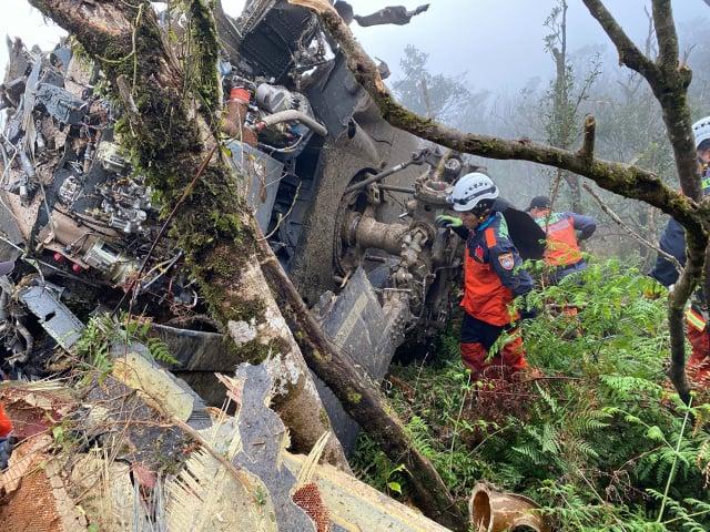 國軍UH-60M黑鷹直昇機於今(109)年元月2日在新北市烏來山區墜落,造成參謀總長沈一鳴等8人不幸罹難。(中央社)