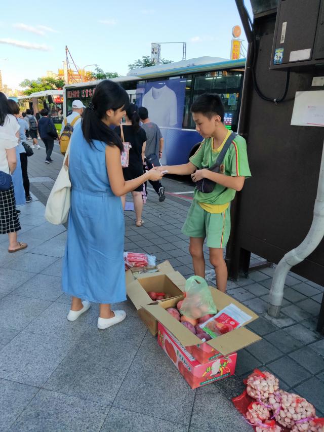 三民高中柯權祐同學獲全國孝行獎,協助母親擺攤販賣蔬果。(新北市政府提供)