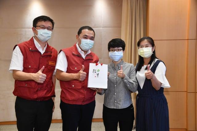 臺北大學羅宜廷同學獲全國孝行獎,市政會議由侯友宜市長親自頒獎。