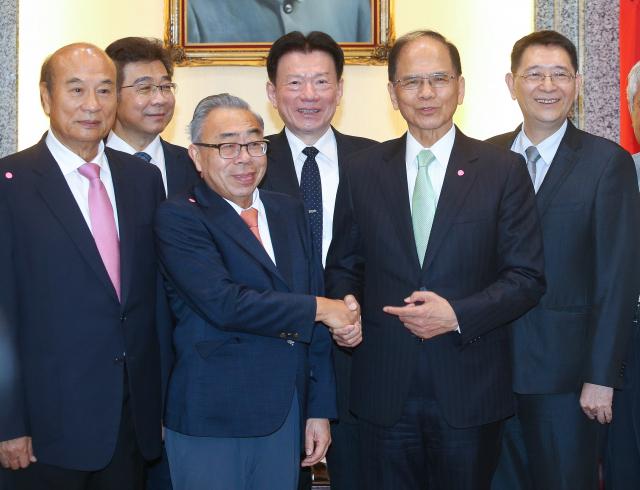 全國工業總會理事長、台塑集團總裁王文淵(前左2)23日到立法院拜會院長游錫堃(右2),兩人握手致意並合影。(中央社)