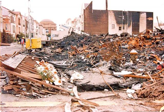 1989年地震後的火災在舊金山的濱海區造成的破壞 。(維基百科 )
