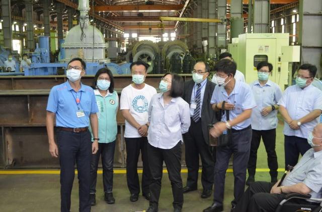 總統蔡英文(左4)24日上午參訪嘉義縣三太造機廠。(中央社)