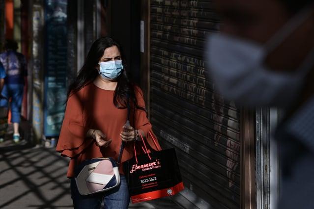 香港政府27日宣布,自29日起全面禁止餐廳內用、室外公共場所強制戴口罩。(Getty Images)