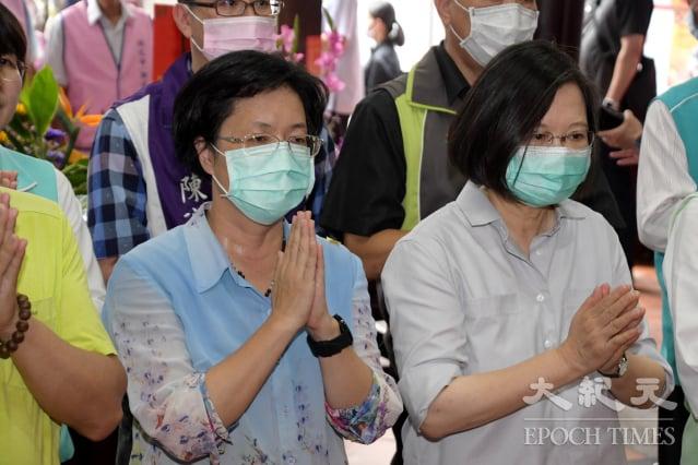 彰化縣長王惠美(左)陪同蔡總統到彰化開化寺宮參香祈福。(記者謝五男/攝影)