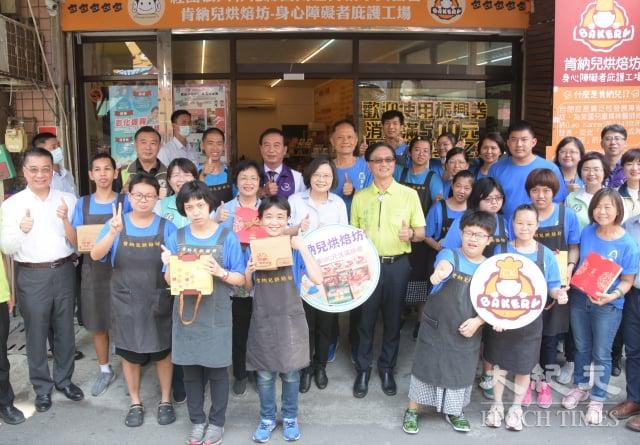 蔡總統蔡英文參訪肯納兒烘培坊。