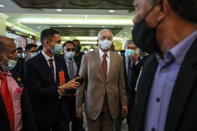 馬來西亞前首相納吉週二(7月28日)抵達吉隆坡的法院。(AFP via Getty Images)