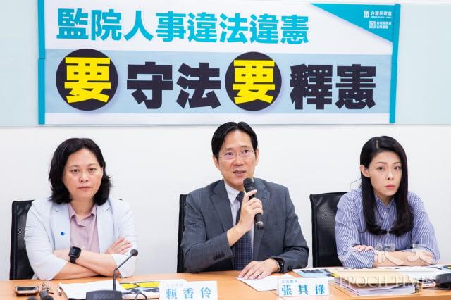 民眾黨團28日宣布完成釋憲聲請書,將請求大法官凍結新任監委職權。(記者陳柏州/攝影)