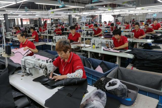 當前全球供應鏈正在重組中,很多產業正積極轉往新南向、東南亞、印度進行布局。(STR/AFP via Getty Images)