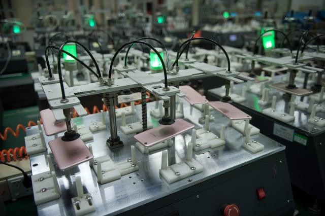 印度1日表示,已有22家手機組裝代工廠,申請加入66.5億美元的當地獎勵計畫。圖為iPhone手機組裝廠。(Nicolas ASFOURI / AFP)