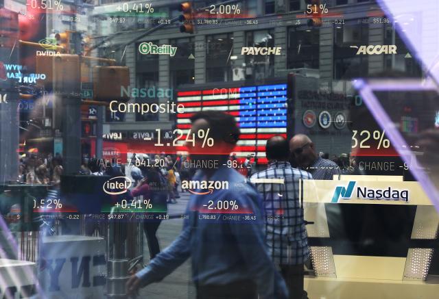美國那斯達克指數今年累計大漲近20%,成為近期投資人注目的焦點。圖為美國紐約市時代廣場的那斯達克MarketSite櫥窗。 ( Spencer Platt/Getty Images)