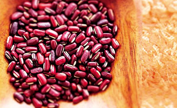 赤小豆入心、小腸經。夏天多吃一些赤小豆,可以緩解口渴煩躁,同時對於暑天溼邪導致的水腫,尤其是下肢水腫脹滿者能起到緩解作用。(Shutterstock)
