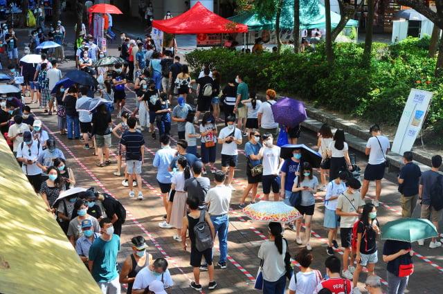 香港大律師公會週日(8月2日)表示,港府以遏止疫情為由延後立法會選舉的決定,很可能是不合法的。圖為7月12日民主派初選,大埔廣場投注站大排長龍。(記者宋碧龍/攝影)