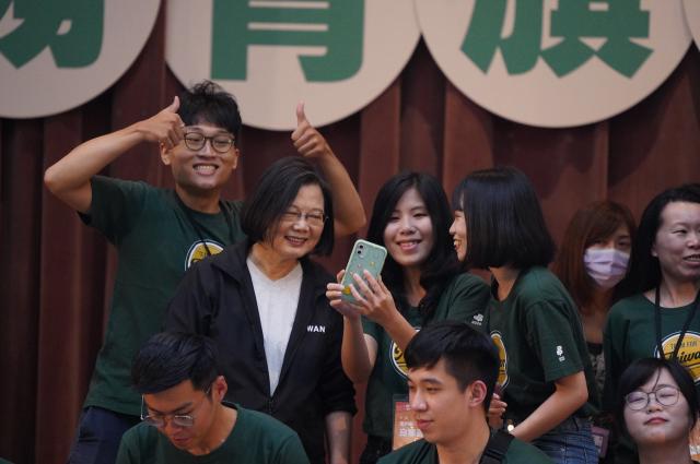 身兼民進黨主席的總統蔡英文(後左2)4日出席「2020會做事!國務青旗艦營」結業式,與年輕學員親切合影 。 (中央社)