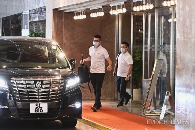 中國核酸檢測支援隊7名遣隊人員,8月3日步出下榻的九龍維景酒店。(記者宋碧龍/攝影)