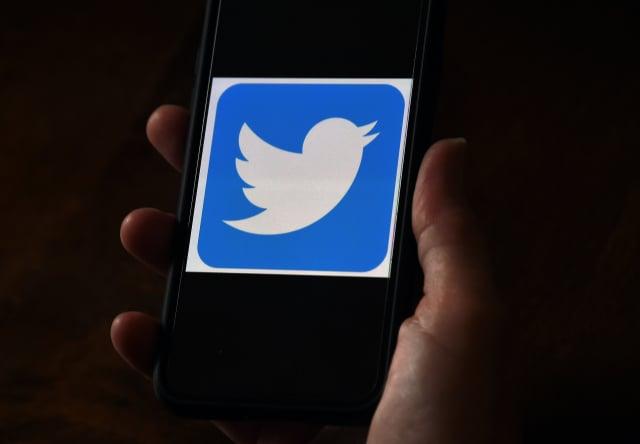 推特(Twitter)日前在財務報告中透露,由於該公司不當使用用戶的個人數據來投放廣告,目前正接受美國聯邦貿易委員會(FTC)的調查,可能面臨最高2.5億美元的罰款。(OLIVIER DOULIERY/AFP via Getty Images)