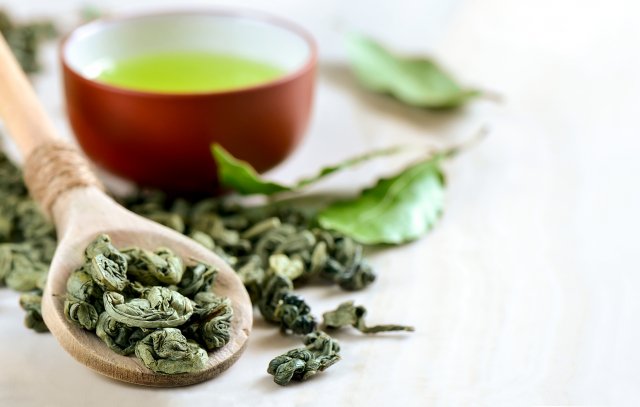 茶葉在採收後需要經過萎凋、攪拌(發酵)、殺菁、揉捻、烘焙、乾燥等過程,才會成為平日所見的茶葉。(Fotolia)