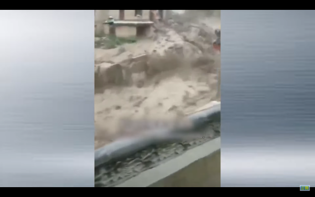 網傳影片顯示,甘肅省隴南市宕昌縣山洪瞬間而下,泥石流洶湧襲來。(網路影片擷圖)