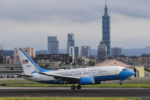 美國衛生部長艾薩率團訪臺,乘坐美國空軍C-40B 行政專機,機身上漆有美國國旗,代表是美國官方身分正式訪問。(中央社)